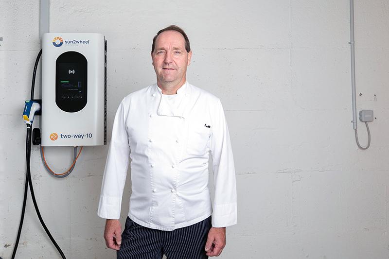 Hugo Eiholzer vom Gasthof Ochsen in Geiss speichert tagsüber mit der two-way-10 den eigenen Strom im Fahrzeug und nutzt ihn am Abend in der Küche.