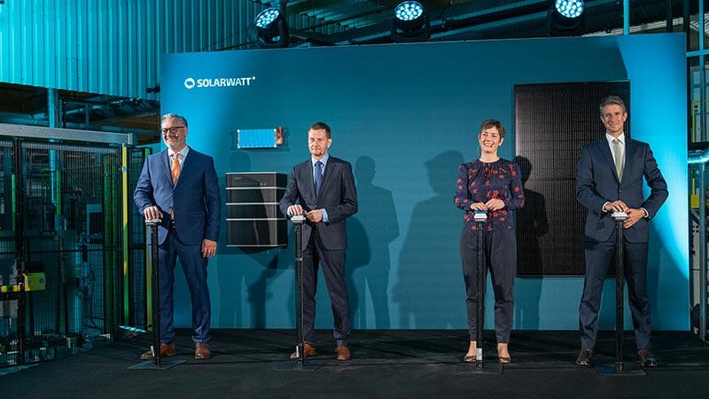 Offizielle Eršffnung der Solarwatt-Produktionam 23. September 2021 v.l.n.r. Solarwatt-CEO Detlef Neuhaus, der SŠchsische MinisterprŠsident Michael Kretschmer, Walburga Hemetsberger (CEO SolarPower Europe) sowie Solarwatt-Hauptanteilseigner Stefan Quandt. Bildquelle: SOLARWATT GmbH